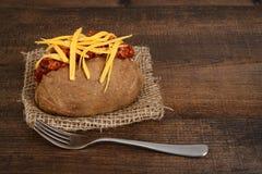 Patata del chile y del queso con la bifurcación Fotos de archivo libres de regalías