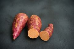 Patata dolce arancio organica fresca fotografia stock libera da diritti
