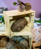 Patata dolce fresca e taro e zucca porpora che risiedono in di legno Fotografie Stock Libere da Diritti
