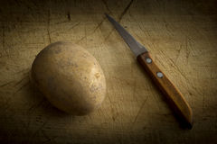 Patata e coltello Fotografia Stock