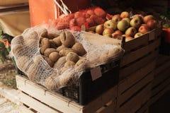 Patata e mele coltivate localmente sul mercato dell'agricoltore all'aperto immagini stock libere da diritti