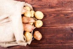 Patata en el fondo de madera Imagen de archivo libre de regalías