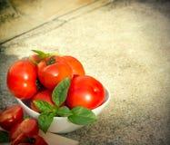 Patata organica in ciotola ed in basilico bianchi Fotografie Stock