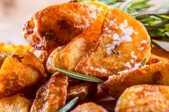 Patata Patatas asadas Patatas americanas con romero y comino de la sal La patata asada acuña curruscante delicioso fotos de archivo libres de regalías