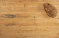 Patata pelirroja en encimera Fotografía de archivo