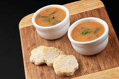 _patata poner crema sopa con ramsons Foto de archivo