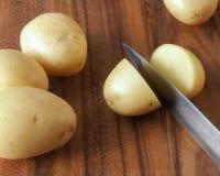 Patata que es cortada Foto de archivo libre de regalías