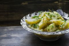 Patata stufata con le verdure e le erbe Pranzo saporito e nutriente fotografia stock libera da diritti