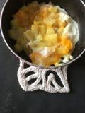 Patata-uovo in pentola Fotografie Stock