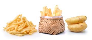 Patata y patatas fritas en cesta en el fondo blanco Imágenes de archivo libres de regalías