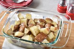 Patatas asadas en un plato de la cazuela Fotografía de archivo