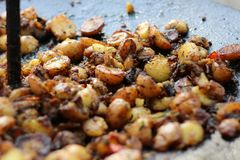 Patatas asadas a la parrilla en la parrilla, acampando foto de archivo
