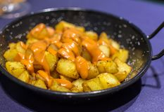 Patatas Bravas西班牙语油煎的土豆 免版税库存图片