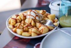 Patatas bravas,典型的西班牙快餐 库存照片