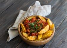 Patatas Bravas, ψημένες πατάτες με την πικάντικη σάλτσα ντοματών Στοκ Φωτογραφίες