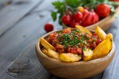 Patatas Bravas, aardappelen in de schil met kruidige tomatensaus Royalty-vrije Stock Fotografie