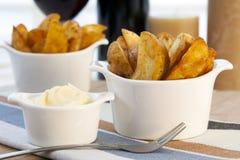 Patatas Bravas avec la mayonnaise d'ail Photos stock