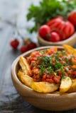 Patatas Bravas, patatas cocidas con la salsa de tomate picante imagenes de archivo