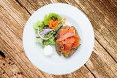 Patatas cocidas al horno con los salmones Foto de archivo