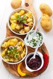 Patatas cocidas al horno con salsa picante y crema amarga Imagen de archivo
