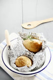 Patatas cocidas calientes frescas con romero Imagen de archivo
