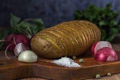Patatas cocidas con la sal, el ajo y el rábano Todavía vida 1 Fotos de archivo libres de regalías