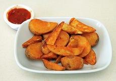 Patatas cocidas con la salsa caliente Imagen de archivo libre de regalías