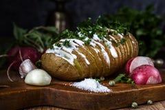 Patatas cocidas con la salsa, el ajo y el rábano Todavía vida 1 Fotografía de archivo