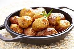 Patatas cocidas con romero imagenes de archivo