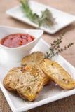 Patatas cocidas con romero y parmesano Foto de archivo libre de regalías
