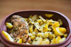 Patatas cocidas deliciosas con el pollo Fotos de archivo