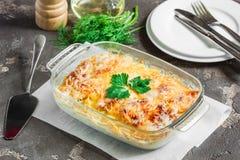 Patatas cocinadas en el horno, cocido con las manzanas y el queso Imágenes de archivo libres de regalías