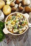 Patatas con las setas en crema agria fotografía de archivo libre de regalías