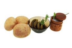 Patatas con los pepinos de la sal y la sal. Fotos de archivo