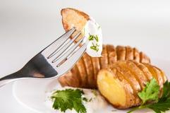 Patatas con pimienta de la sal y salsa del comino La patata asada acuña delicioso curruscante imagen de archivo libre de regalías
