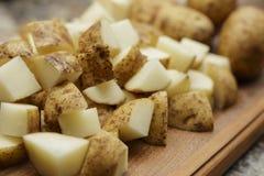 Patatas cortadas en cuadritos Fotos de archivo libres de regalías