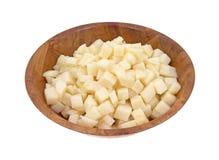 Patatas cortadas en cuadritos en cuenco de madera Foto de archivo libre de regalías