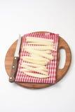 Patatas crudas para las patatas fritas y un cuchillo de cocina de madera Imágenes de archivo libres de regalías