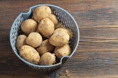Patatas crudas sucias Fotos de archivo