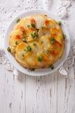 Patatas de Ana con mantequilla en una placa Visión superior vertical Imagen de archivo