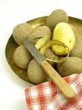 Patatas de la peladura Imágenes de archivo libres de regalías