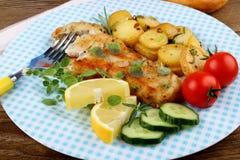 Patatas de Rosemary con el prendedero y las verduras fritos de pescados Fotos de archivo