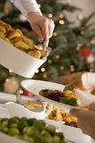 Patatas de servicio de la carne asada en el almuerzo de la Navidad Imagen de archivo