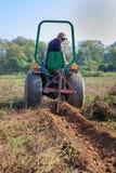 Patatas de Tilling Field Harvesting del granjero fotografía de archivo