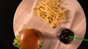 Patatas del cheeseburger, fritas y soda helada almacen de metraje de vídeo