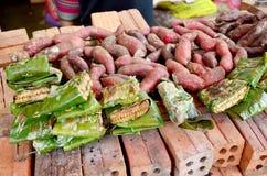 Patatas dulces asado a la parrilla y de la quemadura y panal de las abejas salvajes para s Imagenes de archivo
