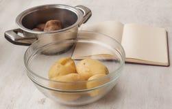 Patatas durante cocinar Fotos de archivo