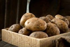 Patatas en caja de madera Foto de archivo libre de regalías