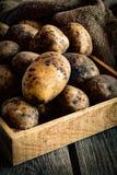 Patatas en caja de madera Imagenes de archivo