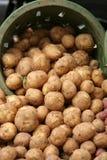 Patatas en cesta en el mercado del granjero Foto de archivo libre de regalías